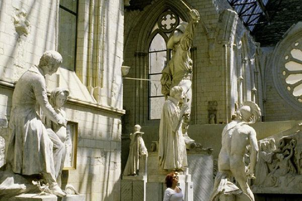 """La Cathédrale  est un témoignage de l'art gothique angevin. Elle est classé comme """"monument historique"""" depuis 1862."""