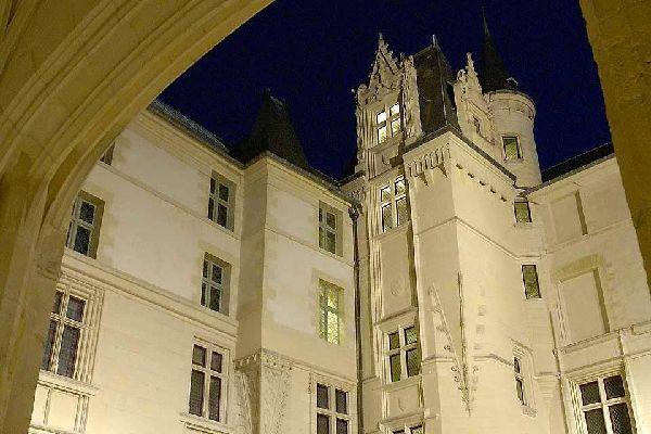 Angers a été capitale historique, place forte d'Anjou, centre de la dynastie Plantagenêt. Elle préserve encore aujourd'hui un riche patrimoine culturel.