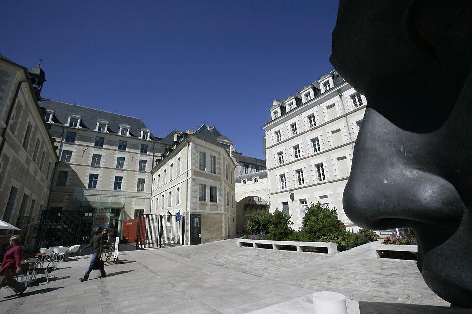 Angers, con cerca de 350000 habitantes, es la prefectura de Maine y Loira. También es la ciudad más grande del oeste de Francia, después de Nantes y Rennes.