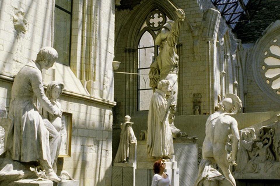La catedral es un testigo del arte gótico angevino. Está clasificada como monumento histórico desde 1862.