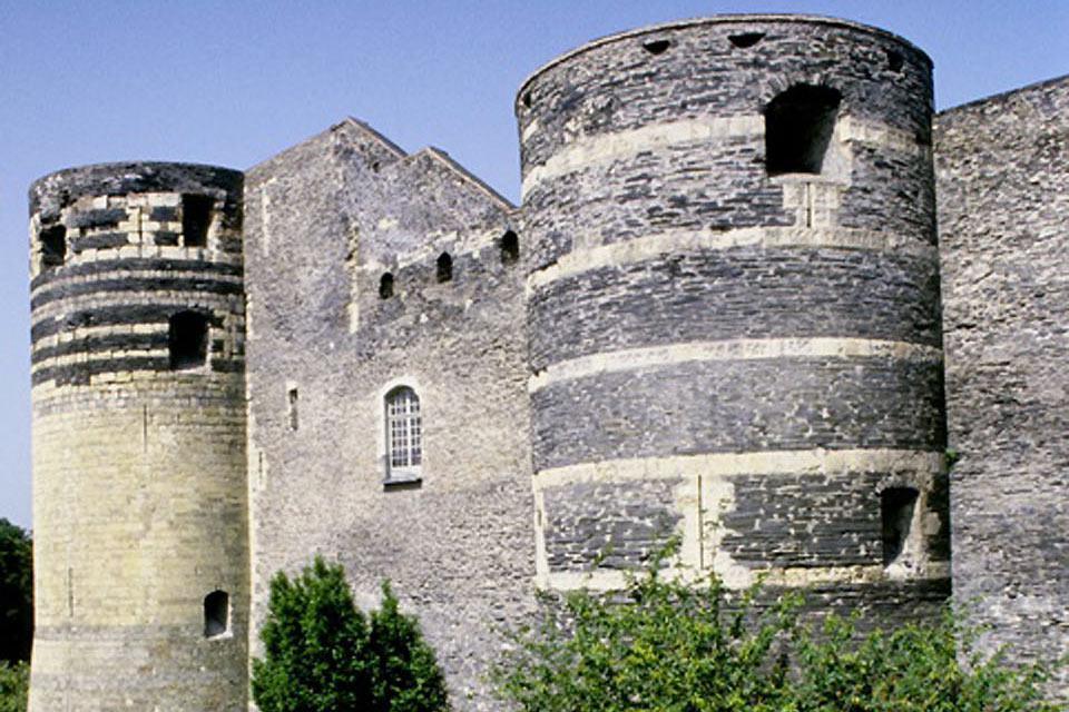 Se construyó entre 1230 y 1240 por iniciativa de San Luis. La muralla medieval, de aproximadamente un kilómetro de circunferencia, está formada por 17 torres.