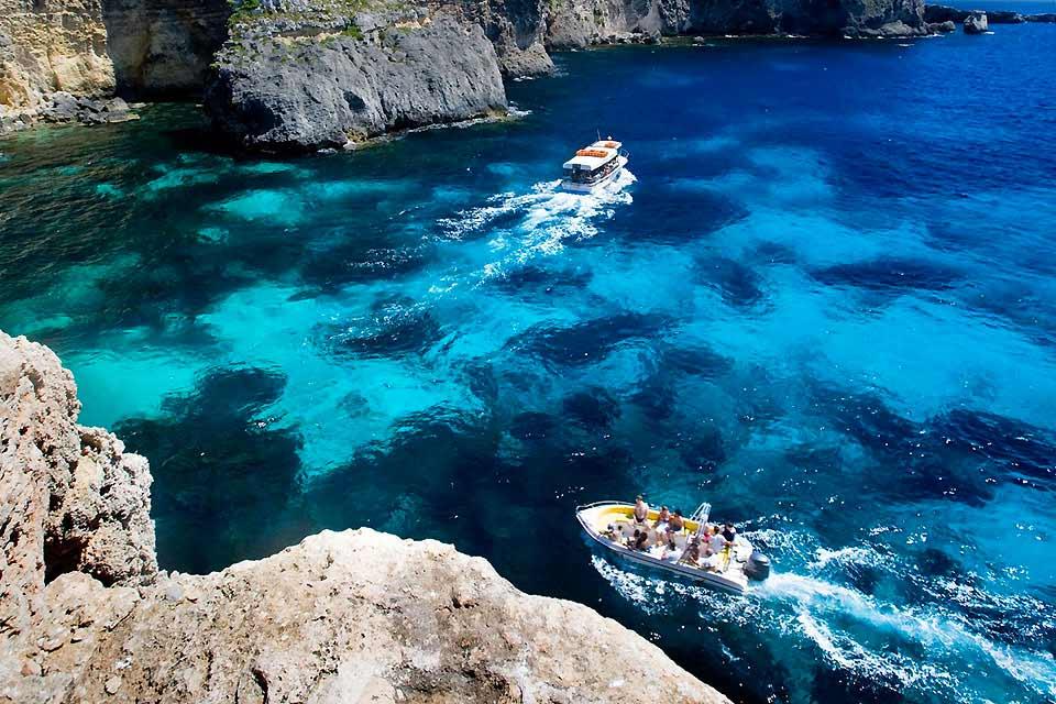 """Quelle bonne idée de venir séjourner à Gozo. C'est ici que vous goûterez à la """"Dolce Vita"""" maltaise, à l'endroit même où la nymphe Calypso aurait retenu sous son charme Ulysse durant sept années. Une virée bucolique sur cette petite île (67km) où la nature est omniprésente. L'île de Gozo rassemble tout un paysage fait de falaises, de collines, de plages et de cultures de fruits et légumes. Même la ..."""