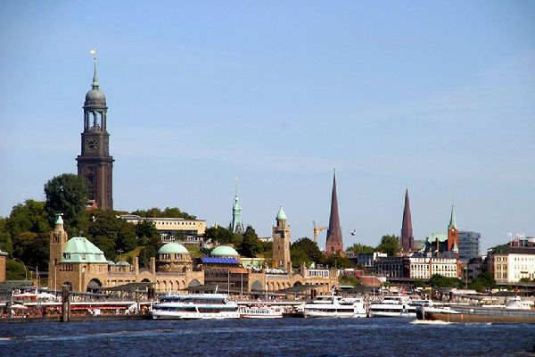 The city centre and city hall behind the harbor, the pass linking the two basins of the river Alster.