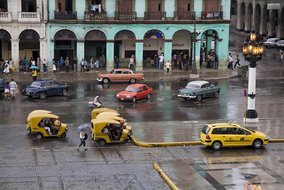 Grazie alle mura dei palazzi, alle macchine e ai monumenti, L'Avana ne esce come una città pittoresca e colorata.