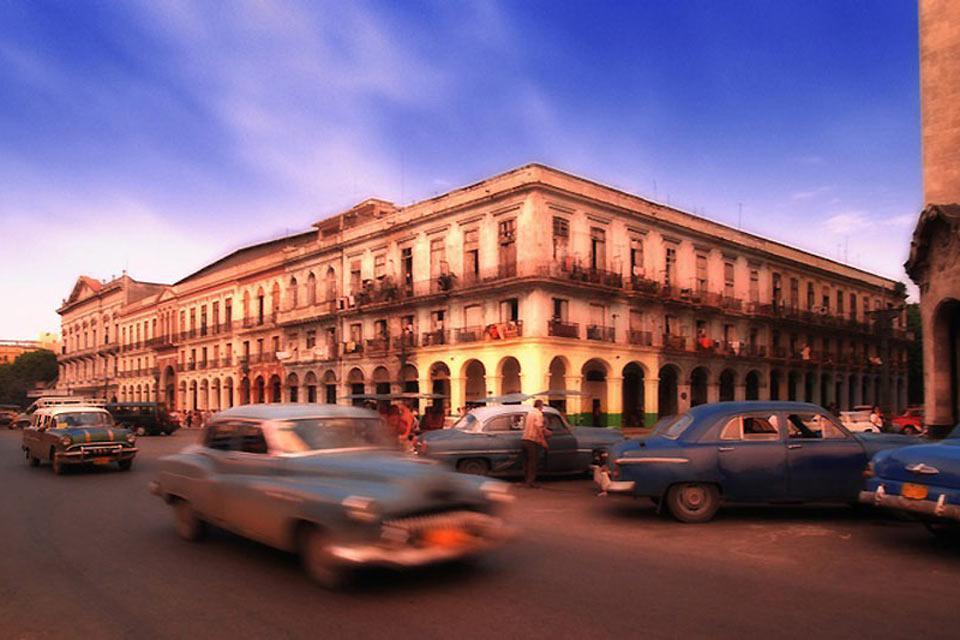 Por las calles de la Habana, además de edificios coloniales se suelen ver numerosos coches antiguos.