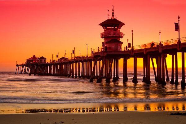 """Huntington Beach befindet sich an der Küste von Südkalifornien, fast genau auf halbem Wege zwischen Los Angeles und San Diego. Es handelt sich um eine kleine Gemeinde mit ein paar Wohnhäusern, die aufgrund ihres riesigen Strandes auch den offiziellen Titel """"Surf City"""" trägt. Aufgrund der besonderen Meeresströmung mit hohem Wellengang kommen zahlreiche Surfer an diesen Strand, und Surfen ist in dieser ..."""