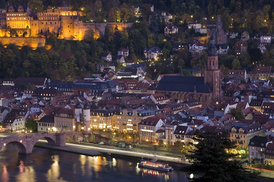 Heidelberg è una città romantica sulle rive del Neckar.