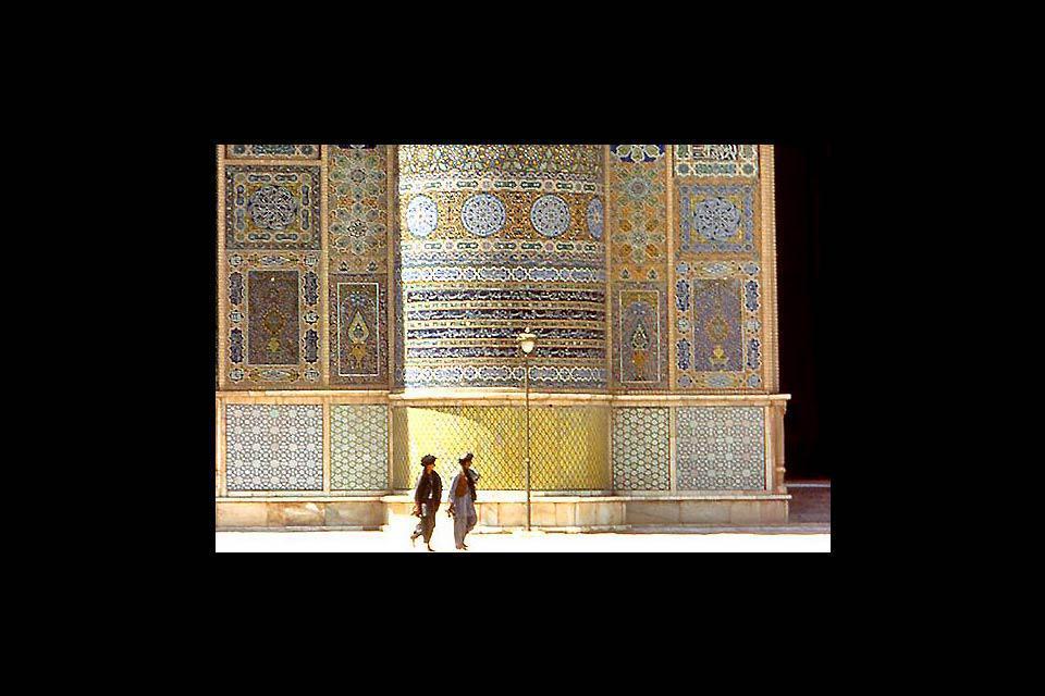 Située dans la vallée de la rivière Hari, Herat faisait partie, dans l'Antiquité, des voies commerciales entre le sud-est asiatique et le Moyen-Orient.