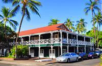 A Lahaina, un ancien port de pêche sur l'île de Maui, déambulez dans le quartier historique classé des baleiniers et la Baldwin Home, sur Front Street. La demeure de style occidental, avec son mobilier d'époque, conserve son caractère du XIXe siècle. Amarré à côté du port de plaisance, remarquez le Carthaginian II, un voilier de 28 m de long. Sous son pont, dans un petit musée, familiarisez-vous avec ...