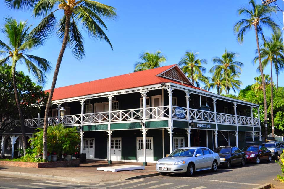 In Lahaina, and old fishing port on Maui Island, walk around the preserved historical neighbourhood of whalers and the Baldwin Home, on Front Street. The western-style mansion, with its old furniture, has kept its character from the 19th century. Moored next to the pleasure port, notice Carthaginian II, a 90-feet long sailing boat. On its deck, in a small museum, become familiar with humpback whales ...