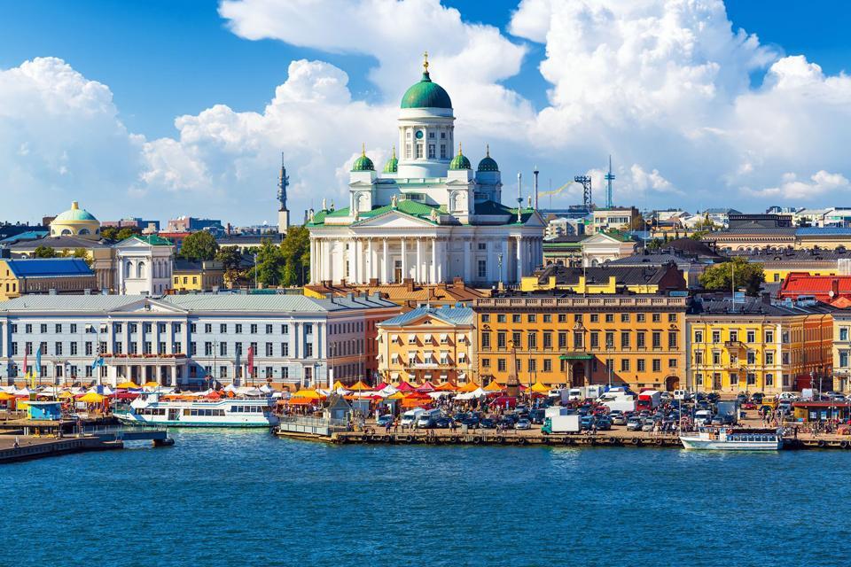 Die winzige Metropole Helsinki lässt sich ganz leicht zu Fuß erkunden und besticht zudem durch eine gelungene Kombination aus Städtebau und Natur, kulturellen und sportlichen Aktivitäten, Disziplin und Festatmosphäre- und dies alles inmitten einer wunderschönen und äußerst reizvollen Umgebung. Dank der überschaubaren Größe vereint Helsinki gleichermaßen die Vorzüge einer Provinzstadt und einer Metropole. Die ...