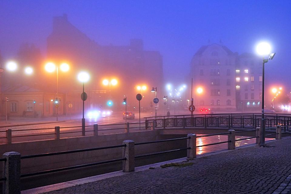 Die hell erleuchteten Straßen der Hauptstadt bei Nacht
