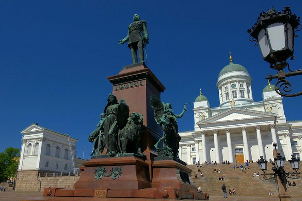 La statua dello zar Alexander II, eretta nel 1894, si trova nella piazza del Senato a Helsinki.