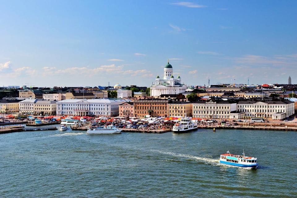 Helsinki ha un importante porto di traghetti che collega la città a  Rostock, Stoccolma e Tallinn.