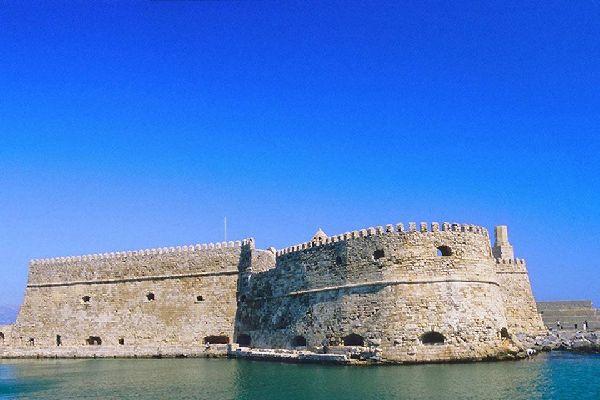 Dans l'histoire tumultueuse de la ville, le Fort vénitien rappelle l'invasion vénitienne au XIIIème siècle.