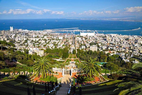 Haifa, construida en las laderas del monte Carmelo, a orillas del Mediterráneo, es la tercera ciudad del país y la capital industrial del Norte, totalmente orientada a su puerto. También Haifa ha escrito su historia al son de las conquistas. Éstas comienzan con las Cruzadas en 1100. En 1156, Richard Coeur de Lion funda en Haifa la Orden del Carmelo. En 1265, el sultán Baibars expulsa a los francos. ...