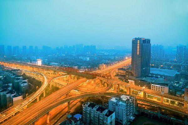 Hangzhou, provincia de Zhejiang. A 3 horas en tren (190 km.) al suroeste de Shanghai, Hangzhou está considerada la «capital turística de China». Por lo tanto, es muy comercial y miles de jóvenes vienen a pasar su luna de miel. El lago del Oeste está plagado de diques, puentes, pequeñas islas a la sombra, y bordeado de verdes colinas en las que se encuentran templos, pagodas y casas de té. ...