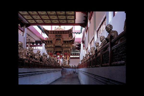 En el templo de Lingyin, también llamado Templo del retiro del alma, podemos admirar el vestíbulo de los arhats.