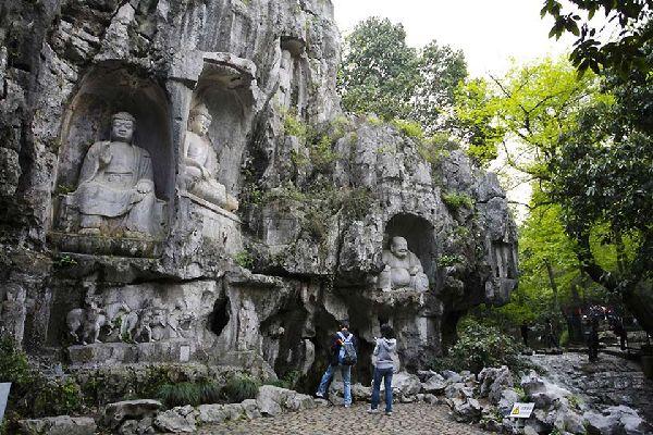 En la colina situada encima del templo de Lingyin, en Hangzhou, se encuentran unas 388 estatuas de Buda Bodhisattva talladas en piedra entre los siglos X y XIV.