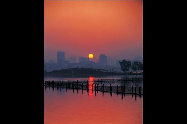 La puesta de sol sobre Hangzhou, ciudad situada al nivel del delta del río Yangtsé a 140 km al sudeste de Shanghái.