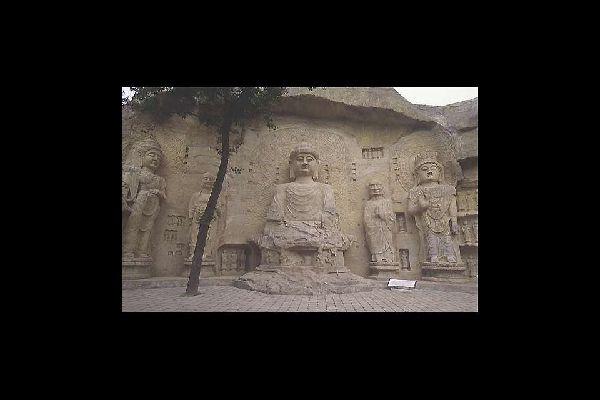 Lingyin está rodeado de un parque y un jardín salvaje en donde se han esculpido cientos de representaciones budistas en las cuevas así como en las paredes exteriores.