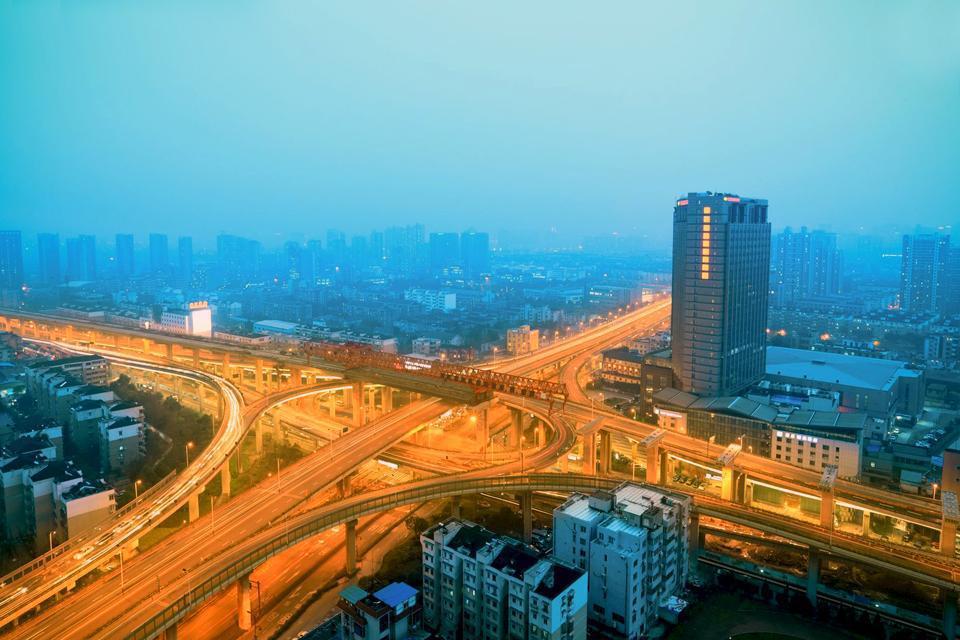 """Hangzhou, province du Zhejiang. A 3 heures en train (190 km) au sud-ouest de Shanghai, Hangzhou est considérée comme la """"capitale touristique de la Chine"""", donc très commerciale, et les jeunes y viennent par milliers en voyage de noces. Le lac de l'Ouest est ponctué de digues, de ponts, de petites îles ombragées, et bordé de vertes collines où se dissimulent temples, pagodes et maisons de thé. Là, ..."""