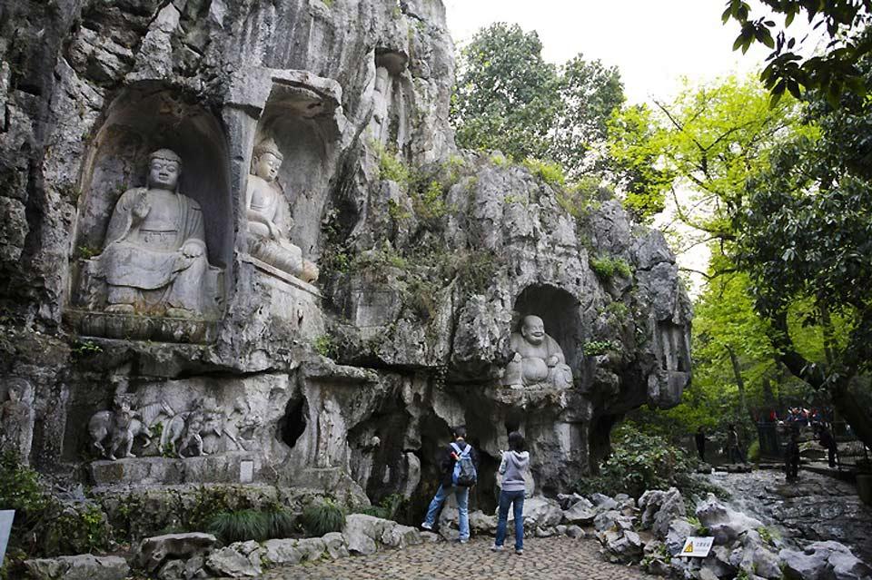 Sur la colline au dessus du temple de Lingyin, à Hangzhou, se trouvent environ 388 statues de Bouddha Bodhisattva taillées dans la pierre entre le Xème et le XIVème siècle.