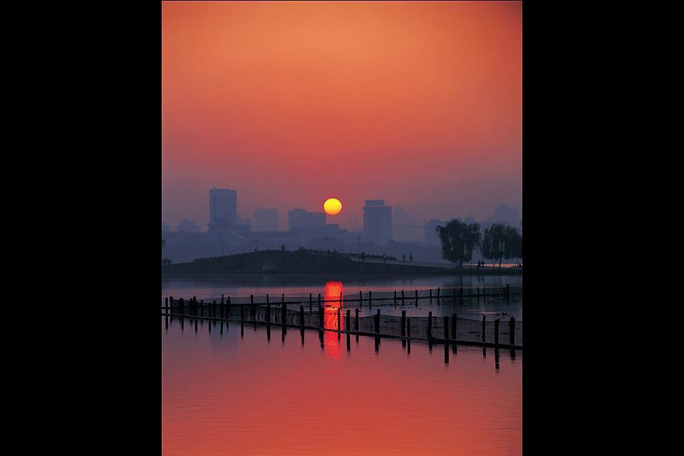 Le coucher de soleil sur Hangzhou, ville située au niveau du delta du fleuve Yangtze à 140 km au sud-est de Shanghai.