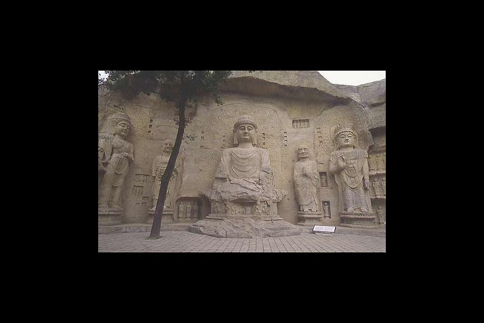 Linying est entouré d'un parc et d'un jardin sauvage où sont sculptées des centaines de représentations bouddhistes dans les grottes ainsi que sur les parois extérieures.
