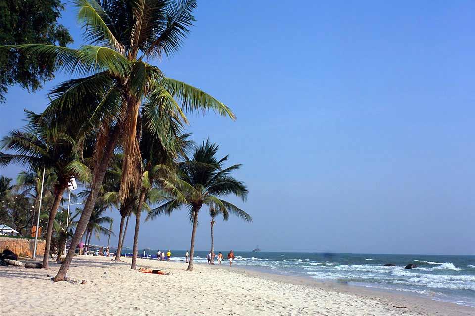 Esta ciudad costera, la más antigua del país, se sitúa en el golfo de Tailandia a 200 kilómetros de Bangkok. Hua Hin, antigua aldea de pescadores, se convirtió en una ciudad turística de moda en los años '20 gracias a la construcción de una estación de tren, un campo de golf y sobre todo el palacio de verano del Emperador Rama VI. La aristocracia tailandesa no tardó en dirigirse a Hua Hin. El hotel ...