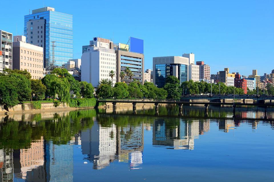 Tristemente famosa por la hecatombe que provocó la bomba atómica en 1945, la ciudad de Hiroshima cuenta con numerosos monumentos dedicados a la memoria de los desaparecidos. La Cúpula de Genbaku, destruida en sus tres cuartas partes, se ha conservado tal cual quedó tras la explosión. Este memorial de la Paz es el único edificio que quedó en pie cerca del lugar de la explosión. En la actualidad está ...