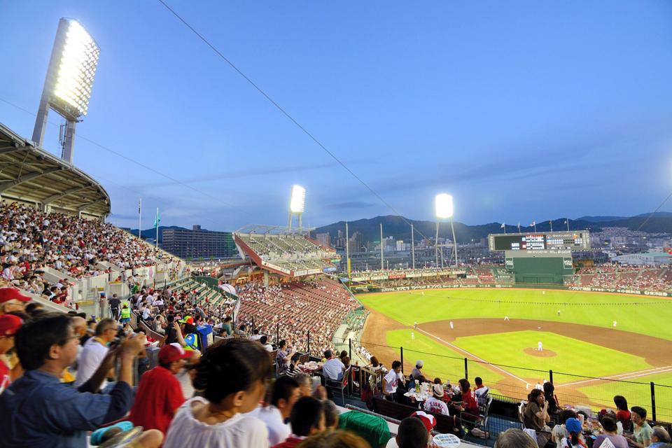 Uno de los deportes preferidos de los japoneses es el béisbol. El estadio municipal Mazda Zoom-Zoom acoge al equipo de la ciudad, los Hiroshima Toyo Carp, para los entrenamientos y los partidos.