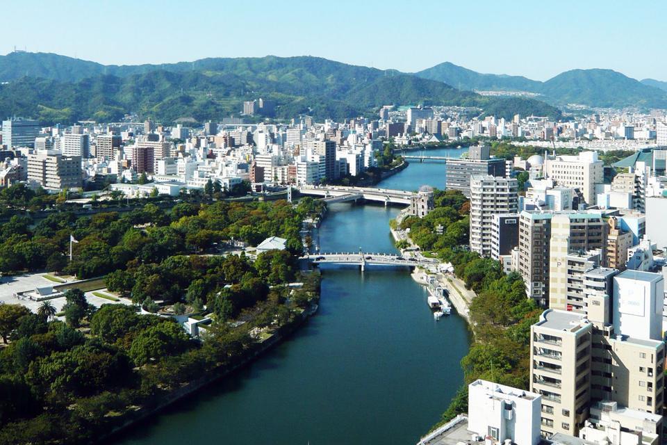 La ciudad se sitúa en Honshu, la mayor isla de Japón.