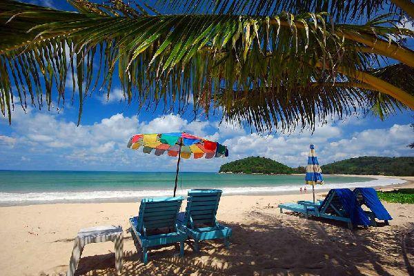 L'isola tropicale di Phuket si trova nella parte meridionale della Tailandia, nel Mare delle Andamane, sul fianco occidentale dell'istmo di Kra che collega la Tailandia alla Malesia. È collegata al continente tramite un ponte ed è quindi accessibile non solo in aereo, ma anche via terra (680chilometri da Bangkok). È l'isola più grande della Tailandia, estesa su 810km² (oltre 100km ...