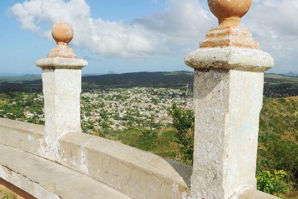 Aux portes de l'Oriente, Holguin est la ville secrète. Elle s'articule autour de trois grandes places, Cespedes, Frexes et Calixto Garcia; cette dernière étant le coeur de la cité. On visitera le Musée provincial d'Histoire et la Loma de la Cruz, le mont de la Croix, à 468 marches d'altitude....