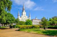 """La Nouvelle-Orléans surnommée """" Big Easy """" est la plus grande ville de l'Etat de Louisiane. Elle est surtout réputée pour sa culture cajun, son jazz et sa gastronomie. En couple, en famille ou entre amis, cette destination propose des activités pour tous les goûts. Aux bords du Mississippi, c'est le vieux sud des Etats Unis que l'on peut ressentir ici. Partager un bon repas à l'une des multiples ..."""