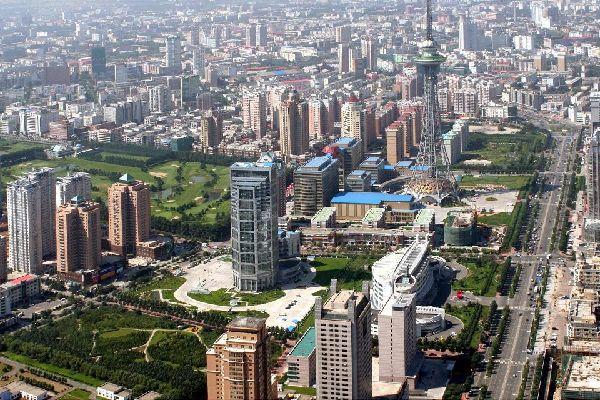 Harbin está situada al norte de Pekín, a 18horas de tren y 1h40 min de avión. La antigua capital de Manchuria, gran ciudad industrial, conserva testimonios arquitectónicos de la época del Movimiento Blanco. Numerosos turistas rusos acuden para realizar sus compras y hacer trueque con los chinos. La ocupación japonesa fue especialmente salvaje en esta ciudad. Se visita Harbin sobre todo entre ...