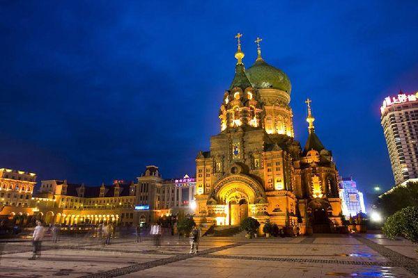 La catedral de Santa Sofía es una antigua iglesia rusa ortodoxa. Se construyó en 1907 para celebrar la finalización de la línea ferroviaria transiberiana en 1903.