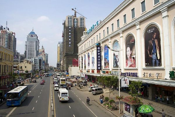 La antigua capital de Manchuria, una extensa ciudad industrial en la que se conservan testimonios arquitectónicos de la época de los rusos blancos.