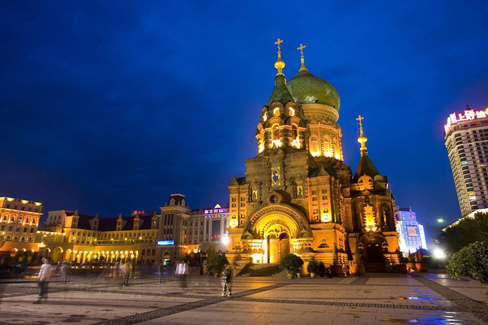 La cathédrale de Sainte Sophie est une ancienne église russe orthodoxe. Elle fut construite en 1907 pour fêter l'achèvement de la ligne ferroviaire transsibérienne en 1903.
