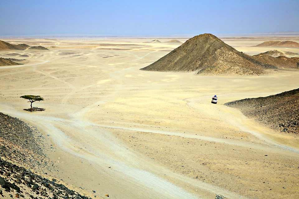 Antiguo pueblo de pescadores situado al sur de la entrada al golfo de Suez, en la costa este del desierto arábico, Hurghada se extiende en la actualidad a lo largo de más de 20 km llenos de hoteles imponentes y de obras alineadas al borde de una vía exprés que bordea el mar a cierta distancia. Muy animado, sobre todo en invierno, el complejo vive principalmente al ritmo de las vacaciones escolares ...