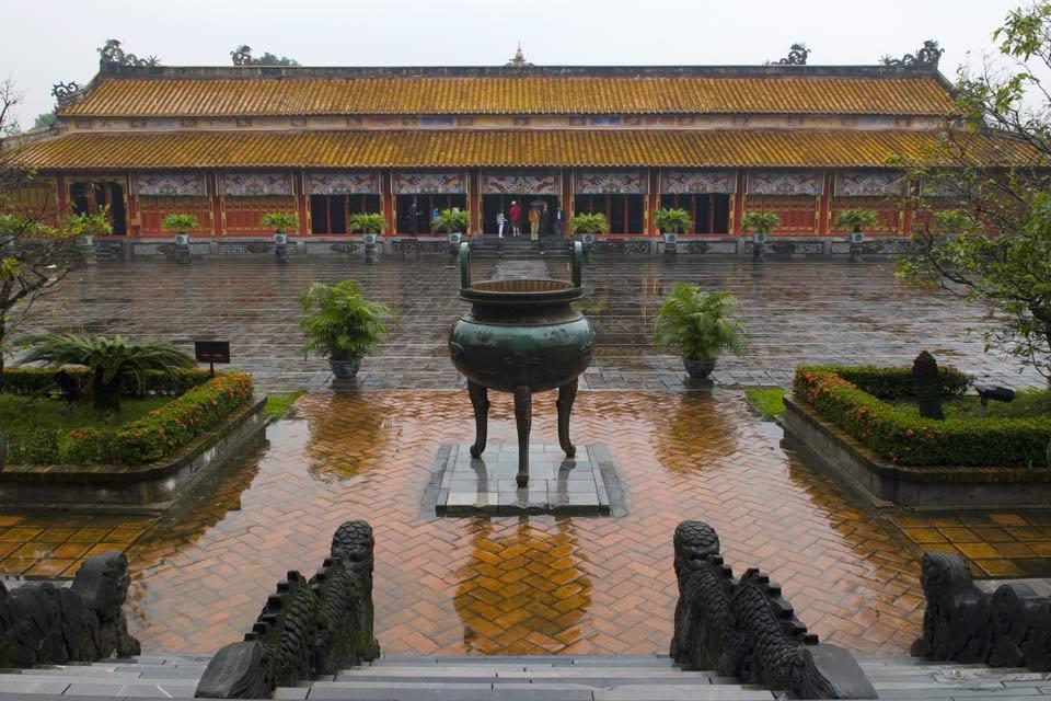 De nombreux palais et temples imprériaux sont disséminés sur les rives de la rivière des Parfums, mais toujours au sud-ouest.