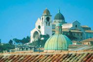 Ancona debe su nombre a la forma especial de codo («ankon» en griego) del promontorio sobre el que se fundó.