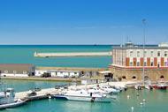 La historia de Ancona, igual que la de numerosas ciudades marítimas, está íntimamente ligada a la de su puerto.