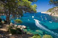Centre culturel et économique de l'île, Ibiza (Eivissa en catalan) est la capitale de l'archipel des Pityusas regroupant Ibiza et Formentera. La ville se divise en plusieurs quartiers distincts : la Dalt Vila, la ville haute (citadelle fortifiée classée par l'Unesco), Sa Penya, l'ancien quartier des pêcheurs, la Marina, bordant le littoral, et la ville moderne. Mais c'est essentiellement autour du ...