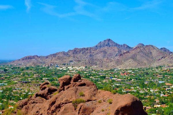 Cette cité de 200 000 habitants s'inscrit dans le fabuleux paysage du désert de Sonora. Souvent élue comme la dernière étape d'un parcours dans les parcs nationaux environnants, Scottsdale permet de se détendre ou de pratiquer des loisirs variés. Le golf, notamment, est roi. Avec plus de trente terrains à leur disposition, les inconditionnels n'auront que l'embarras du choix pour perfectionner leur ...