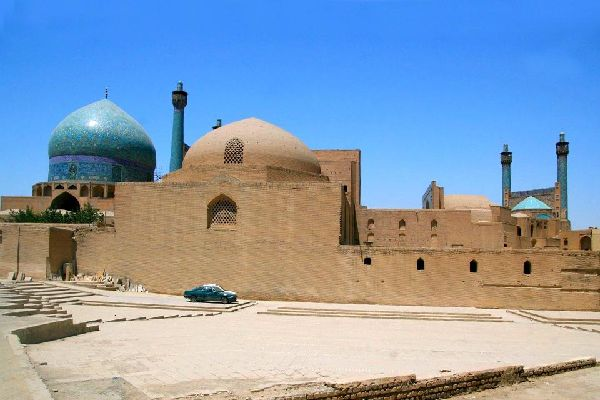 Die in der iranischen Landesmitte gelegene Stadt Ispahan gilt als schönste Stadt des Landes. Im Norden des Basars und der gewölbten Sträßchen liegt die aus der seldschukischen Epoche stammende Große Freitagsmoschee. Diese Moschee umfasst mehr als 470 Gewölbe. Im reich dekorierten südlichen Teil der Moschee richten sich zwei blaue und türkisfarbene Minarett - Türme hoheitsvoll in die Höhe. Im Inneren ...
