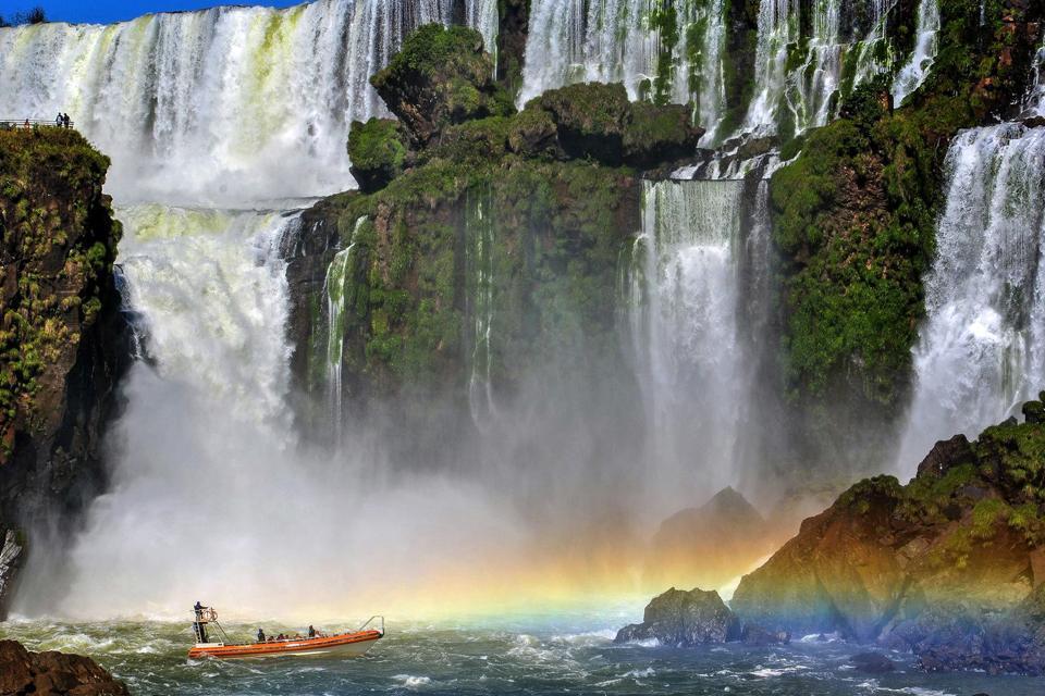 Deuxième destination du Brésil après Rio de Janeiro, situé à 1h50 de vol, Iguaçu offre l'un des paysages les plus spectaculaires de la planète. A cheval entre l'Argentine, le Paraguay et le Brésil sur un front de 3 km de long, ces impressionnantes cataractes se situent aux confins du Brésil, dans le sud-ouest du pays. Quand on parle des chutes d'Iguaçu, on évoque une centaines de cascades ! Pas étonnant ...