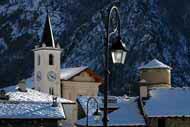 Aosta ist liegt inmitten eines tiefen Tals umgeben von hohen Bergen, wo es im Winter häufig schneit.