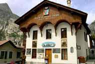Das Gebäude der Gesellschaft der Alpenführer mit seinem Holzdach ist ein typisches Beispiel für die Architektur in der Alpenregion.